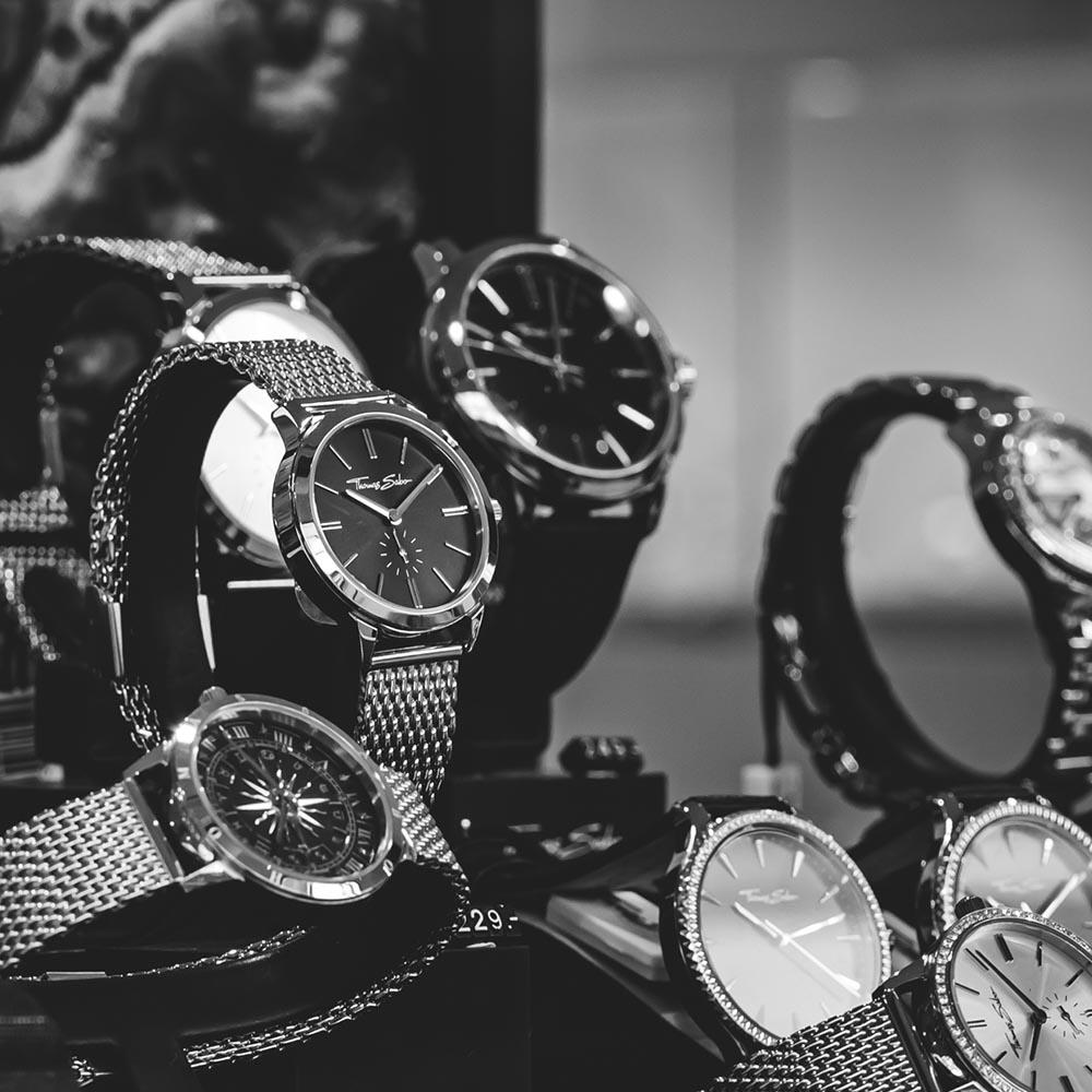 Elegante Uhren in einem Schaukasten.